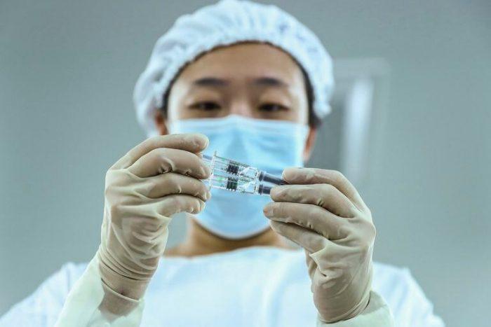 Muere voluntaria de la vacuna Sinopharm; había recibido un placebo