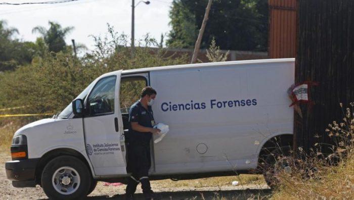 Hallan 17 bolsas con restos humanos y una fosa clandestina en Tlajomulco