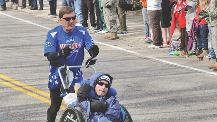 Muere Dick Hoyt; corrió más de 30 maratones con su hijo tetrapléjico