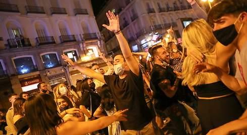 España: Celebran con fiestas en la calle tras cancelar toque de queda