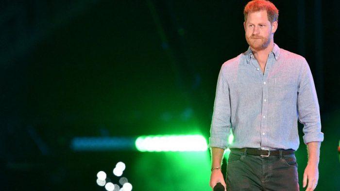 """El príncipe Harry reapareció a los """"rock star"""" y sin Meghan Markle"""