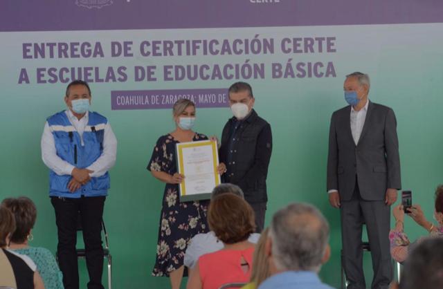 ENTREGA GOBERNADOR RIQUELME CERTIFICACIÓN CERTE A ESCUELAS DE EDUCACIÓN BÁSICA