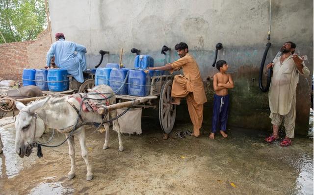 """Ciudad en Pakistán rebasa los 50 grados; """"es más calor de lo que puede soportarse"""", advierten"""