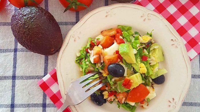 Receta vegana: Ensalada de arroz y aguacate. deliciosa y fácil ¡