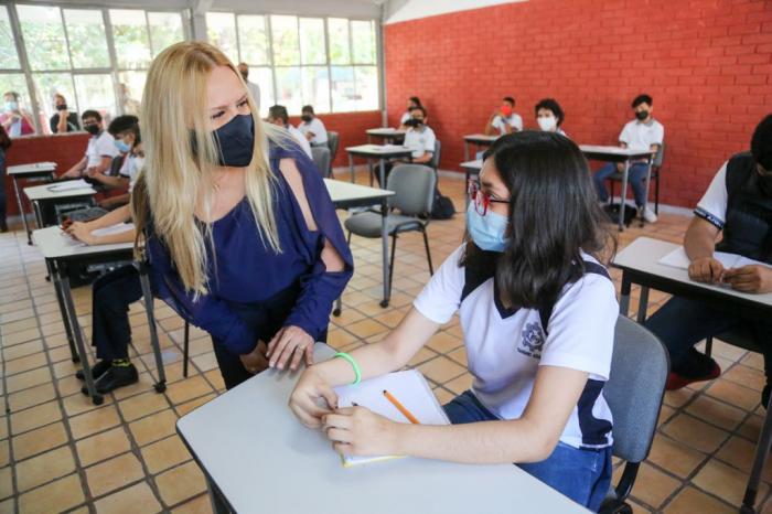 Entrega Marcela Gorgón mobiliario a escuela de La Laguna