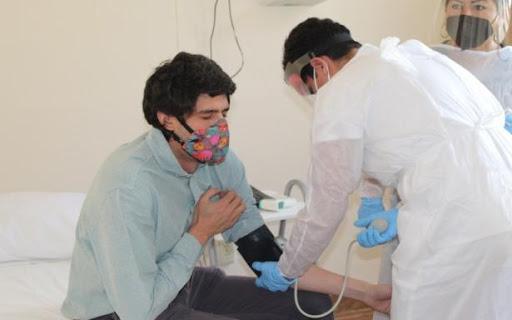 Mitad de hospitalizados por Covid-19 mantienen algún síntoma un año después