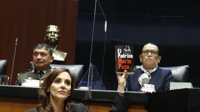Lilly Téllez entrega libro de 'El Padrino' a Rosa Icela Rodríguez durante comparecencia