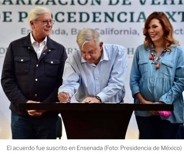 """AMLO firmó acuerdo para regularizar autos """"chocolate"""" en la frontera norte"""
