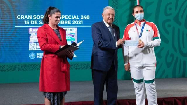 AMLO premia a medallistas olímpicos en Palacio Nacional